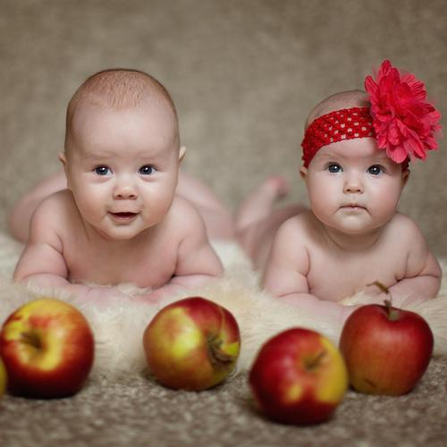 Baby girl and baby boy with apples wallpaper