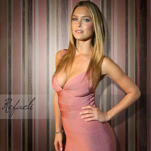Bar Refaeli sexy in pink dress wallpaper
