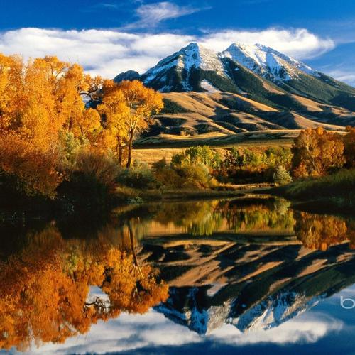 * Beautiful Mountains Reflection In The Lake *