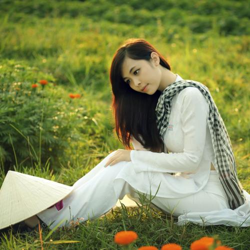 Beautiful Vietnamese girl in Ao Dai wallpaper