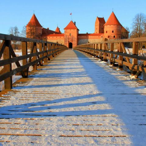 Ponte para o Castelo de Trakai, na Lituânia papel de parede