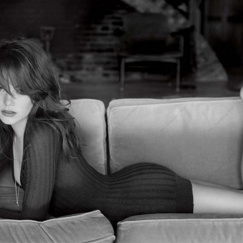 Emma Stone is hot in black and white shot wallpaper