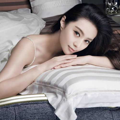 Fan Bingbing laying on the bed