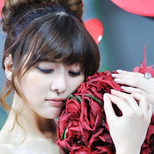 Girl holding red roses wallpaper