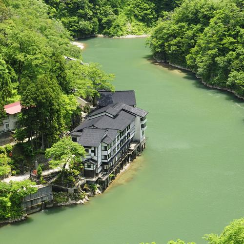 Hotel on a green river wallpaper