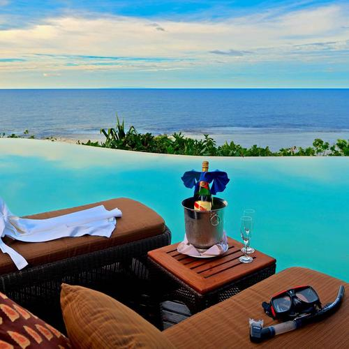 Infinity Pool overlooking Ocean wallpaper
