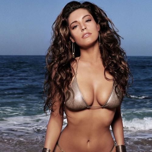 Kelly Brook caliente en bikini en la playa fondos de pantalla
