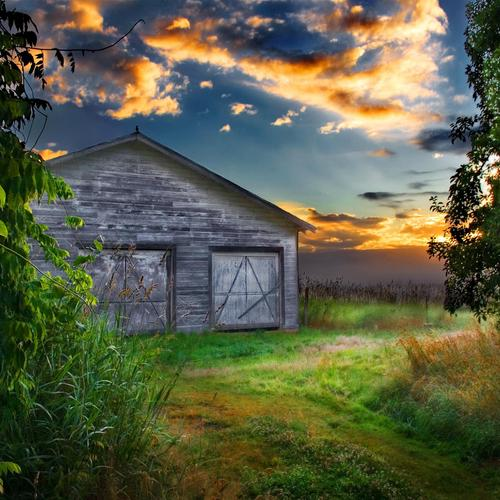 Lonely old Barn at sunset wallpaper