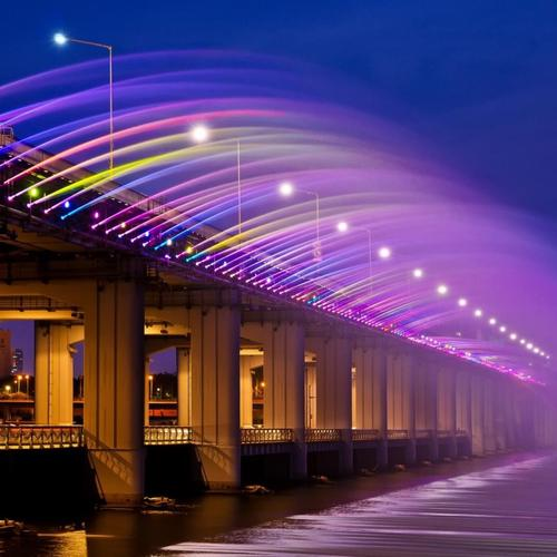 Multicolored fountain on Banpo Bridge In Seoul wallpaper