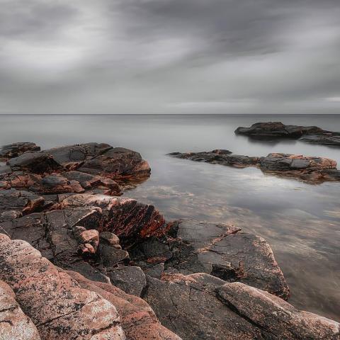 Pasztell sziklás parton háttérkép