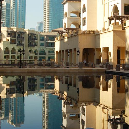 Reflection pool in Dubai hotel wallpaper