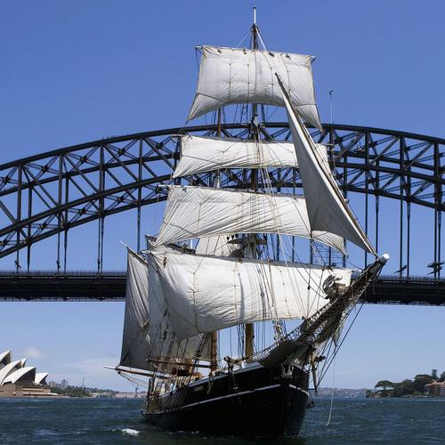 Sailboat Under Sydney Harbour Bridge, Sydney, Australia bakgrunnsbilder