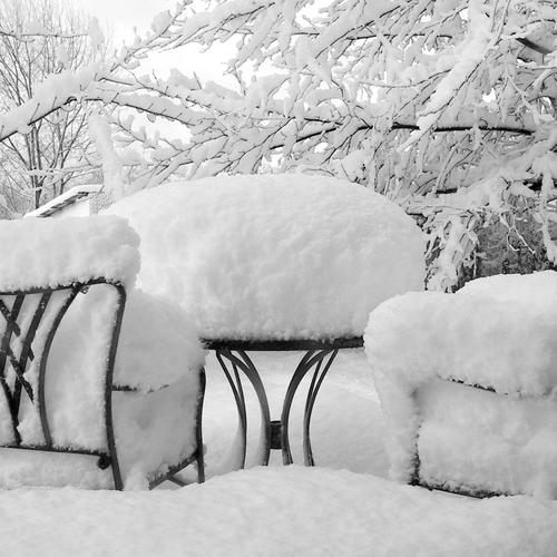 Snow on the garden table wallpaper