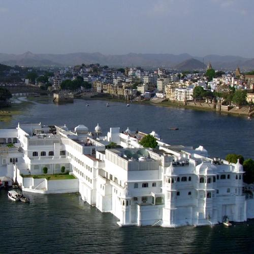 White House In The Middle Of A River In India wallpaper