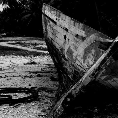 Wrecked Boat in black and white wallpaper